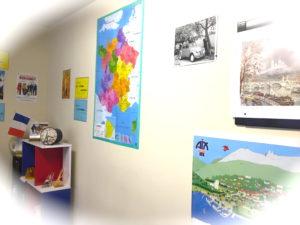 教室内にはフランスのカラフルな地図。
