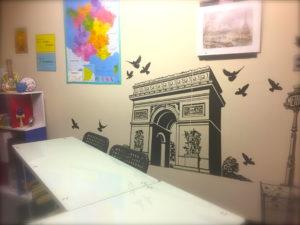 bricolageが好きなフランス人。フランスの雑貨屋さんでは、よくこんな壁に貼る巨大シールが何種類も売っています。しかも、リーズナブル。この凱旋門は、今年の始めにフランスに行った時に、購入しました。