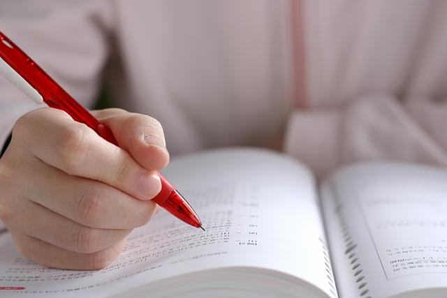 ノートとえんぴつで勉強している様子