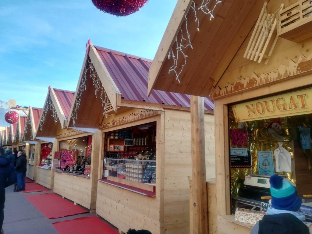 アヌシーのクリスマス屋台が並ぶ様子