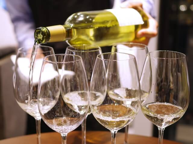 ワイン,ワイングラス,食前酒,食事の時間,バゲット,フランス,日本,習慣,食文化,違い,比べる,レストラン,
