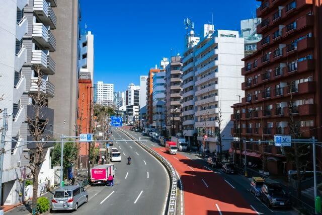 東京目黒の左車線の道路の写真