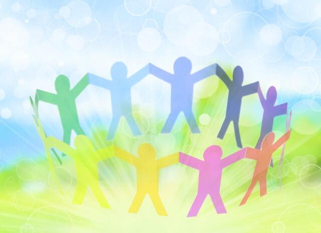 みんなが手を繋いでいる明るい世界のイメージ