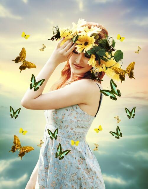 蝶々と戯れる女性の妖精