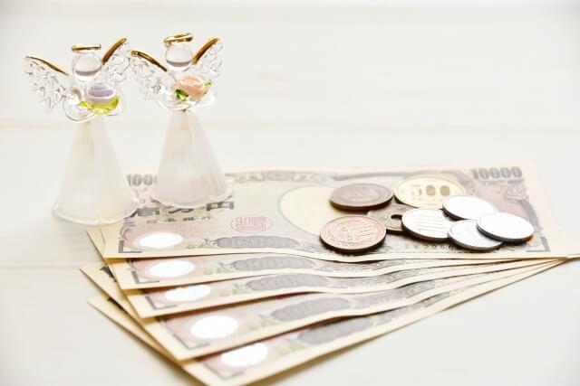 幸せの象徴である天使とお金が置いてある