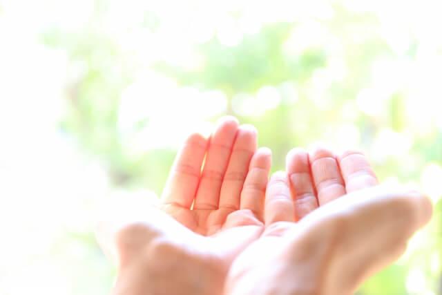 希望の光を手のひらで包む