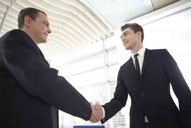 情熱的に握手するビジネスマン