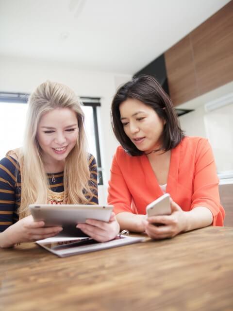 会話をしている外国人と日本人女性