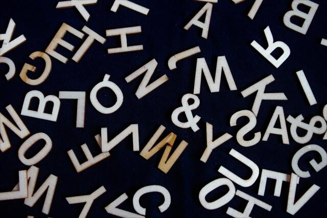 黒地にアルファベットが乱雑に置かれている