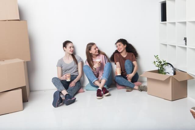 外国人女性3名の友達が楽しそうに会話している