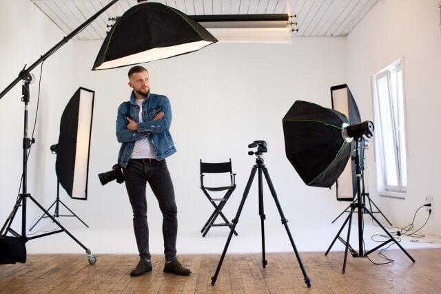 外国人男性のカメラマンの仕事中の様子