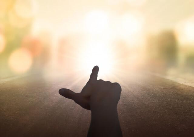 空を指差す力強い手