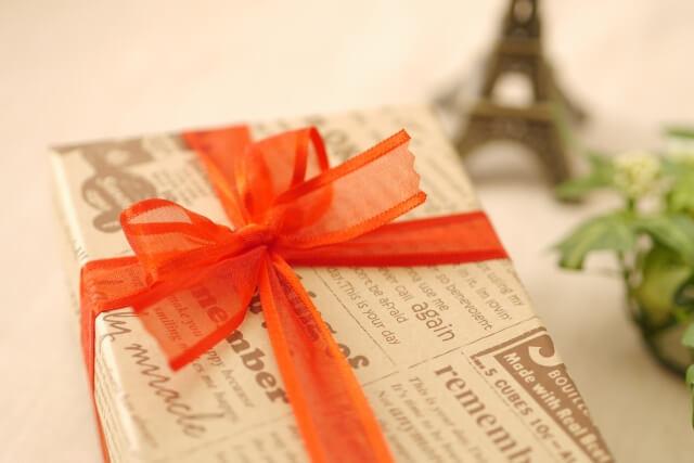プレゼントとエッフェル塔の小物