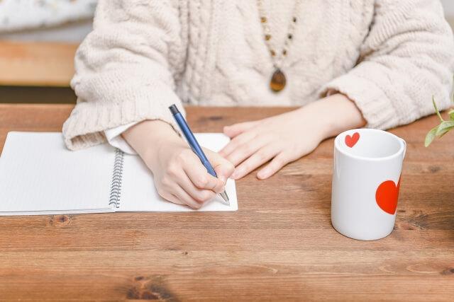 机で勉強している女性とノート