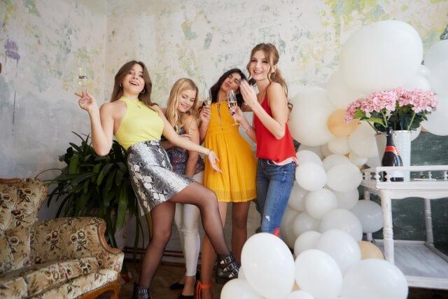 ホームパーティをする4人の若い女性