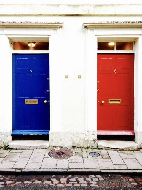 青のドア、白の壁、赤のドアでフランス国旗色の風景