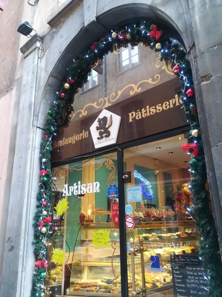 クリスマスの装飾がされたフランスのパティスリー