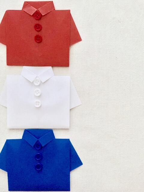 フランス国旗の3色のシャツが並べてある