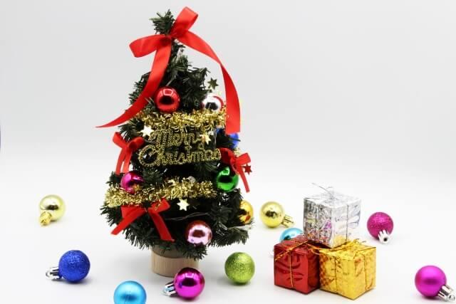 クリスマスツリーの横に積まれたプレゼント